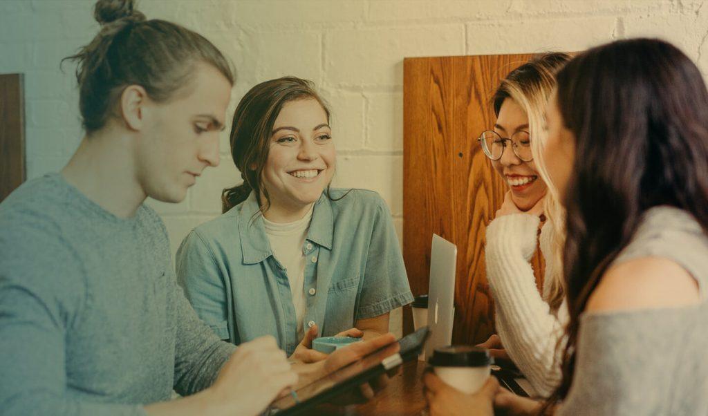 Manipulacja a komunikacja, Grupka ludzi którzy ze sobą rozmawiają.
