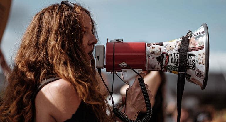 kobieta mówiąca do megafonu, komunikacja, krzyk